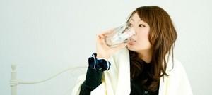 水飲む女性.jpg